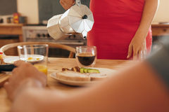 Café do serviço da mulher na tabela de café da manhã Imagem de Stock Royalty Free
