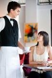 Café do serviço do empregado de mesa Fotos de Stock Royalty Free