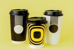 Caf? ? emporter dans la tasse thermo sur un fond jaune image stock
