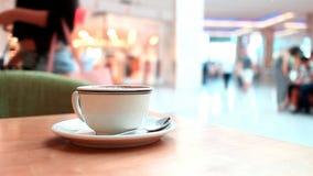Café en alameda almacen de metraje de vídeo
