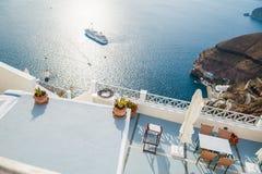 Café en la terraza con la opinión del mar Imágenes de archivo libres de regalías