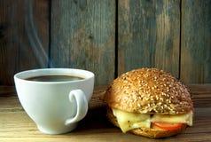 Café et petit pain entier de sandwich Image stock