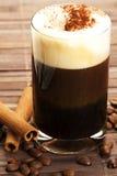 Café express con el polvo y el cinamomo de cacao de la espuma de la leche Imagen de archivo