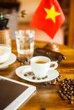 Café express, granos de café, y bandera del vietnamita de la tableta Fotografía de archivo