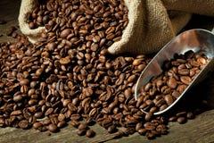 Café express y grano de café Imágenes de archivo libres de regalías