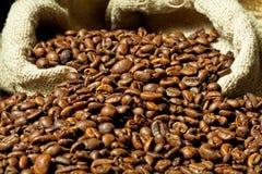 Café express y grano de café Fotos de archivo libres de regalías