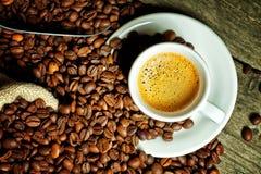 Café express y grano de café Imagen de archivo libre de regalías