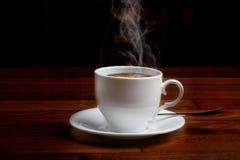 Café fresco caliente en una taza blanca con el azúcar Fotos de archivo libres de regalías