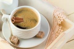 Café fresco con canela y azúcar Foto de archivo libre de regalías