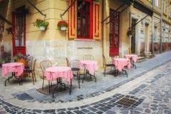 Caf? im Freien in der alten Stadt Sommercafé in der schmalen alten Straße lizenzfreie stockfotografie