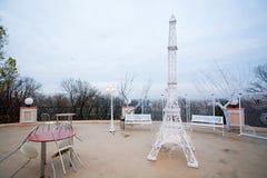 Café im Freien mit dekorativem Eiffelturm Stockfotografie