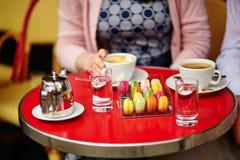 Café o té y macarrones en un café parisiense Fotografía de archivo