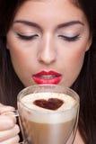 Café potable de cappuccino de femme avec le coeur s d'amour Image stock