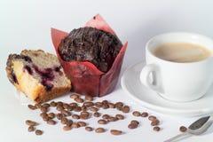 Caf? que vigoriza caliente con la torta condimentada chocolate fotografía de archivo libre de regalías
