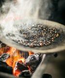 Café rôtissant au-dessus du feu en Ethiopie Images libres de droits