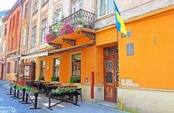 Café typique de rue près de la maison en pierre historique de Bohushivska, Lviv, Ukraine Images libres de droits