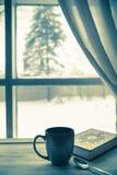 Café y libro acogedores del invierno Imágenes de archivo libres de regalías