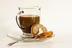Café y mollete untado con mantequilla Imagen de archivo libre de regalías