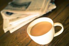 Café y periódico Imagenes de archivo