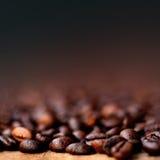 A cafeína dos feijões de café Roasted o papel de parede do café de Brown com cópia Imagem de Stock