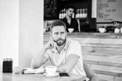 A cafeína fá-lo mais produtivo O indivíduo sério aprecia o fim da bebida da cafeína acima Comece dia com xícara de café grande imagem de stock royalty free