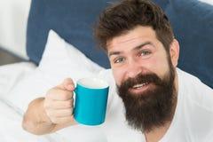 Cafeína viciado O café enche-o com a energia O bom homossexual começa da xícara de café O café afeta o corpo homem considerável foto de stock