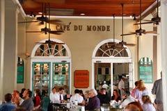 cafe du monde Νέα Ορλεάνη προστάτες Στοκ φωτογραφίες με δικαίωμα ελεύθερης χρήσης