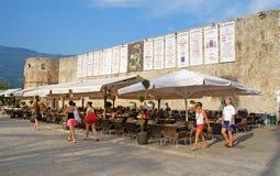 Cafe nära gammala townväggar, Budva, Montenegro Royaltyfri Foto