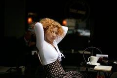 cafe na szczęśliwe uliczni młode kobiety Obraz Royalty Free