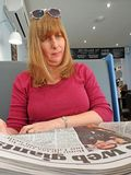 Cafe newspaper woman Royalty Free Stock Photography