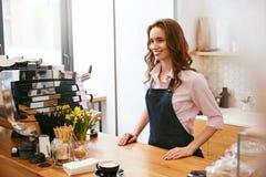 Cafe Ståenden av kvinnlign Barista Working In Coffee shoppar royaltyfri foto