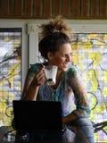 Cafee potable de portrait de jeune femme images stock