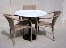 cafen chairs gatatabellen Royaltyfri Fotografi