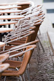 cafen chairs trottoaren royaltyfri fotografi