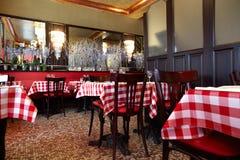 cafen räknade hemtrevliga tableclothstabeller Arkivfoton