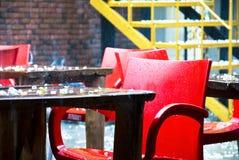 Trottoarcafe i en regnig dag Royaltyfri Bild