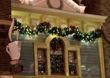 Cafetaria com a grandes janela e grinalda foto de stock