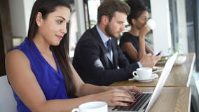 Cafetaria de Using Laptop In da mulher de negócios video estoque