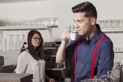 Cafetariateam dat koffiepauze heeft Stock Foto's