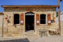 Cafetería chipriota del pueblo de Typrical fotos de archivo
