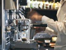 Cafetería con el fondo del café de Barista Restaurant foto de archivo