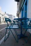 Cafetería con las sillas azules hermosas y tabla en una pequeña ciudad en España meridional foto de archivo