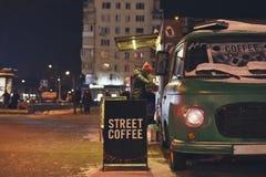 Cafetería en la calle del invierno de la noche imágenes de archivo libres de regalías