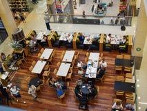 Cafetería en una alameda del centro comercial Imagenes de archivo