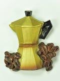 Cafetera con los granos de café Fotos de archivo libres de regalías