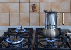 Cafetera en la estufa de gas imágenes de archivo libres de regalías