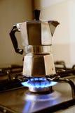 Cafetera italiana del vintage en estufa de cocina Imagen de archivo libre de regalías