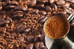 Cafetera turca sobre fondo del café Foto de archivo libre de regalías