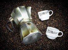Cafetera vieja con las tazas y los granos de café Imágenes de archivo libres de regalías