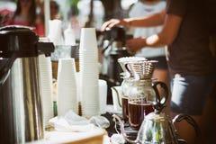 Cafetera y café al aire libre imagen de archivo libre de regalías